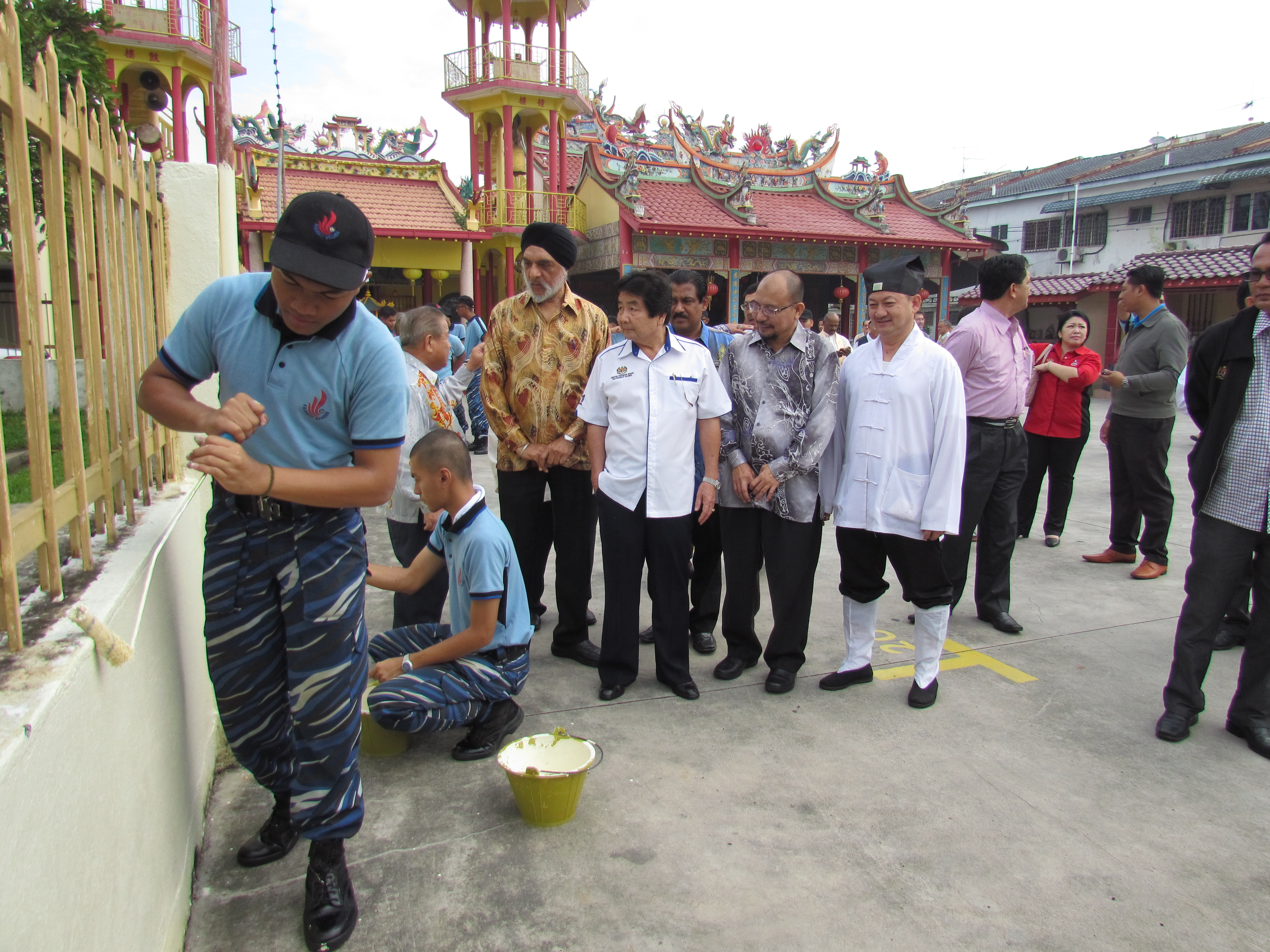 JKMPKA members and Minister Tan Sri Joseph Kurup with Youth Volunteers of various races and religion painting wall of Hong San Si temple at WIHW 2015 program in Klang.JPG