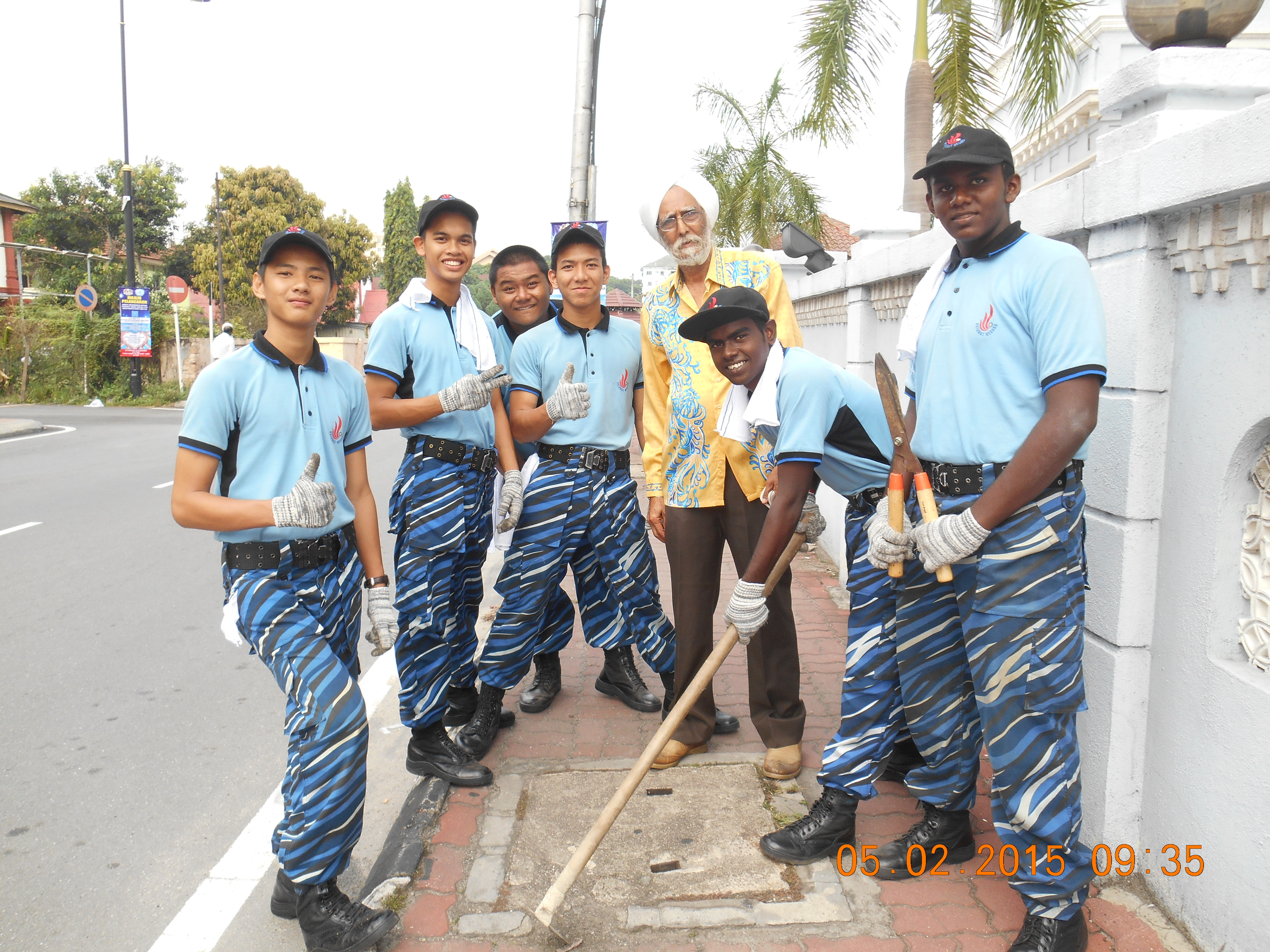 JKMPKA members with Youth volunteers of all religious background helping to clean the Masjid compond in Klang.JPG