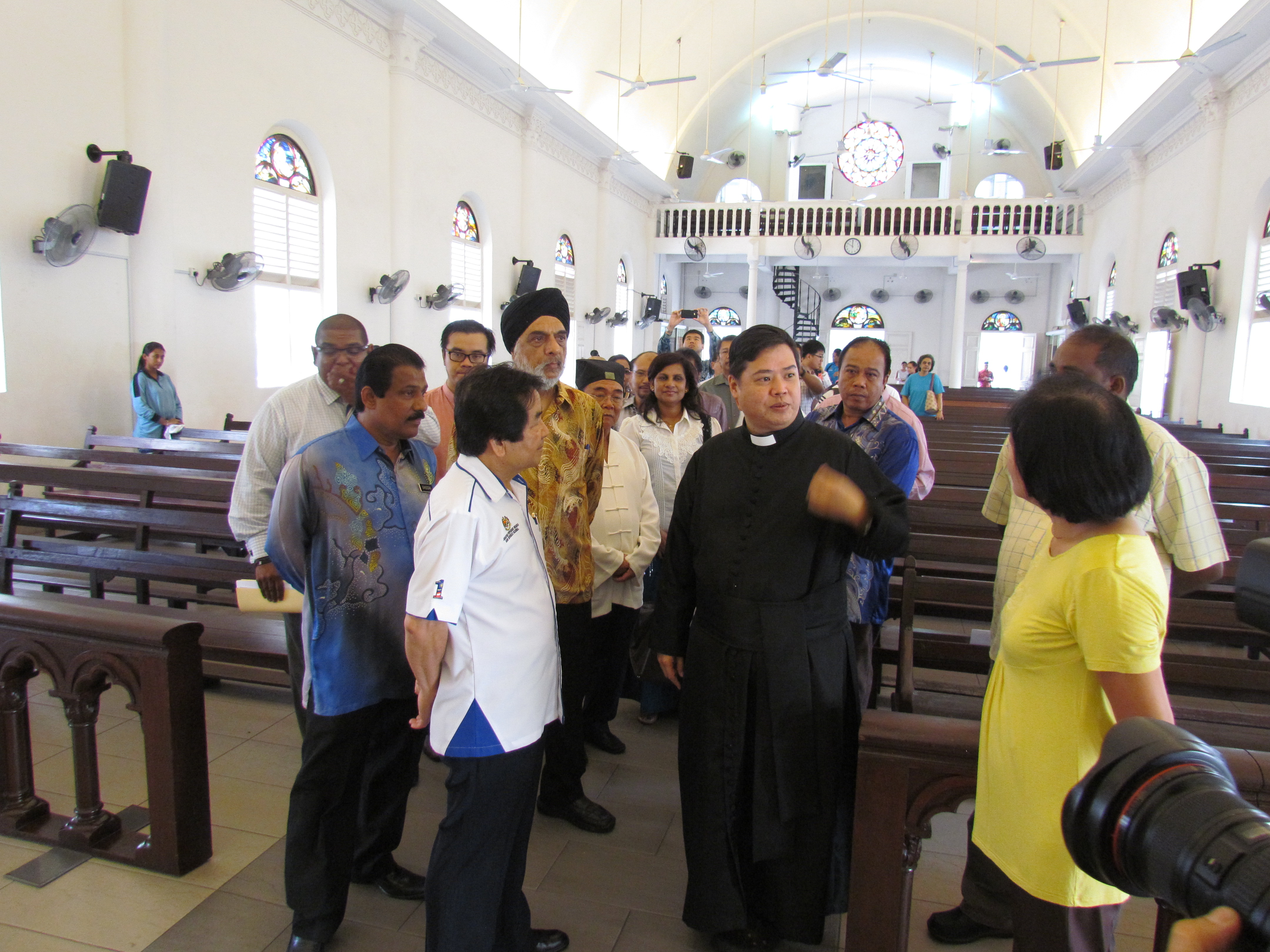 JKMPKA members and Minister Tan Sri Joseph Kurup discussing with Priest in Church for WIHW 2015 in Klang.JPG