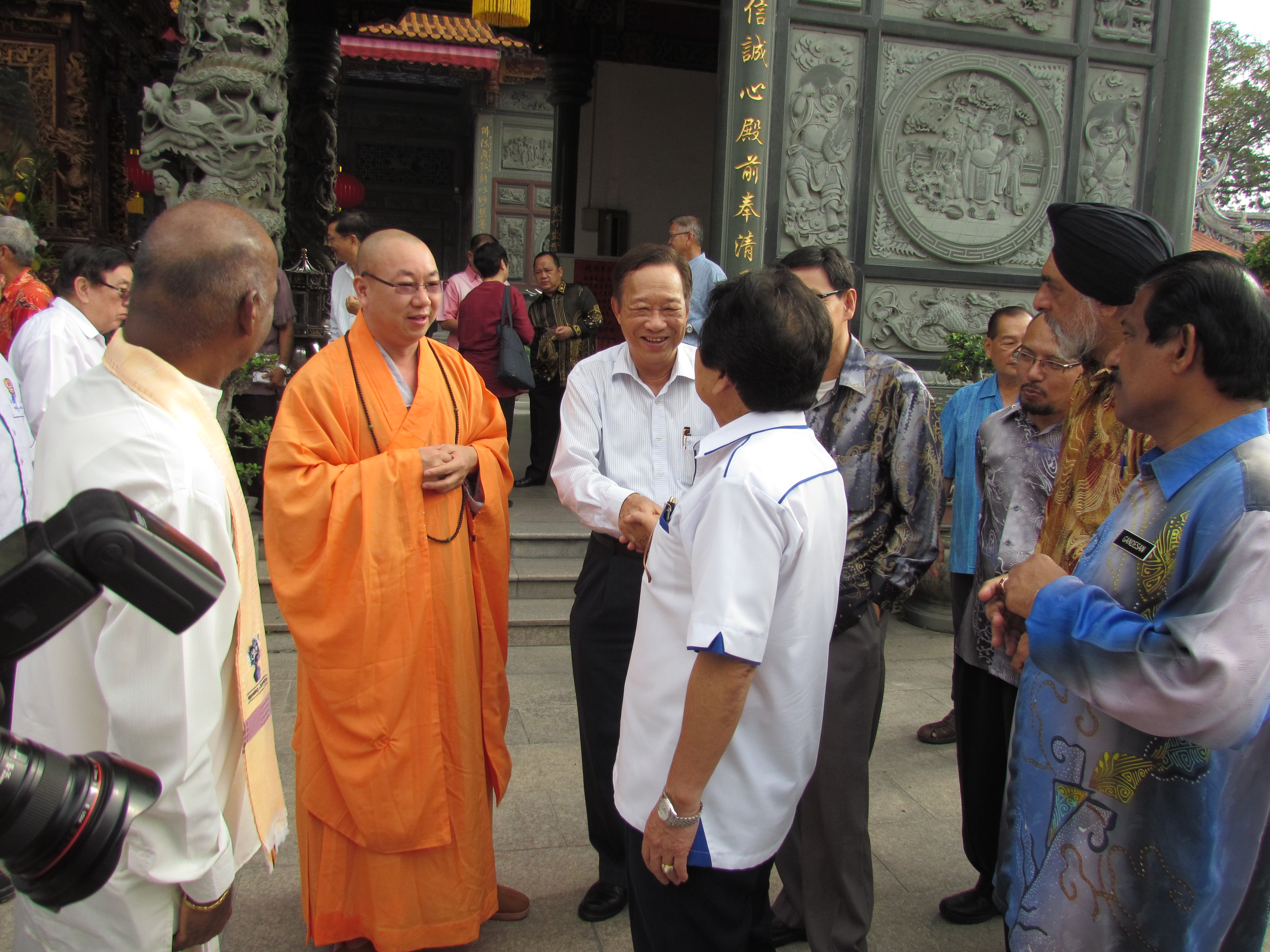 JKMPKA members and Minister Tan Sri Joseph Kurup arriving at Buddhist Temple for WIHW 2015 program in Klang.JPG