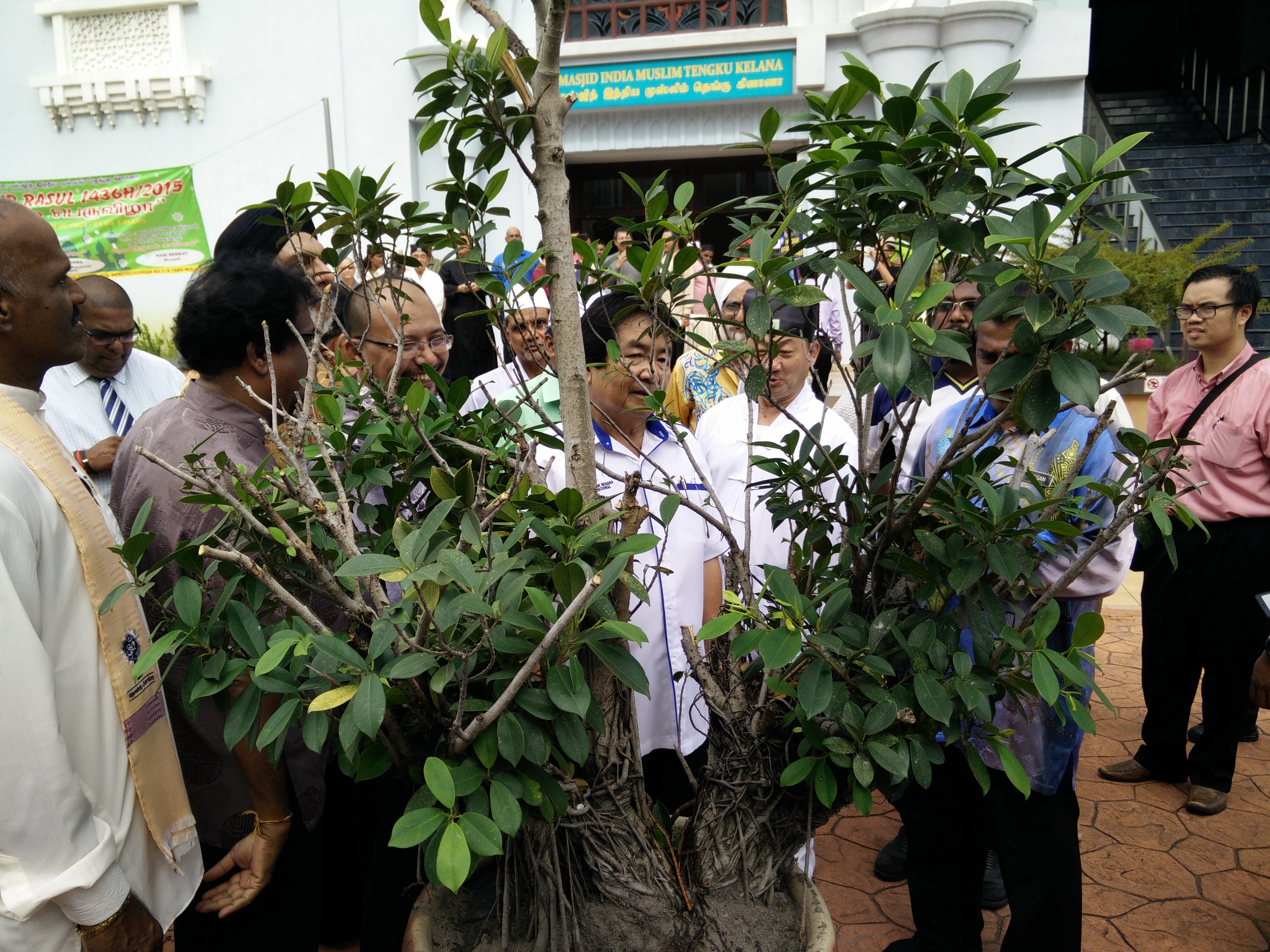 Honorable Minister Tan Sri Joseph Kurup at Tamil Masjid with the JKMPKA members planting a tree for the Masjid's WIHW 2015 program in Klang.jpg
