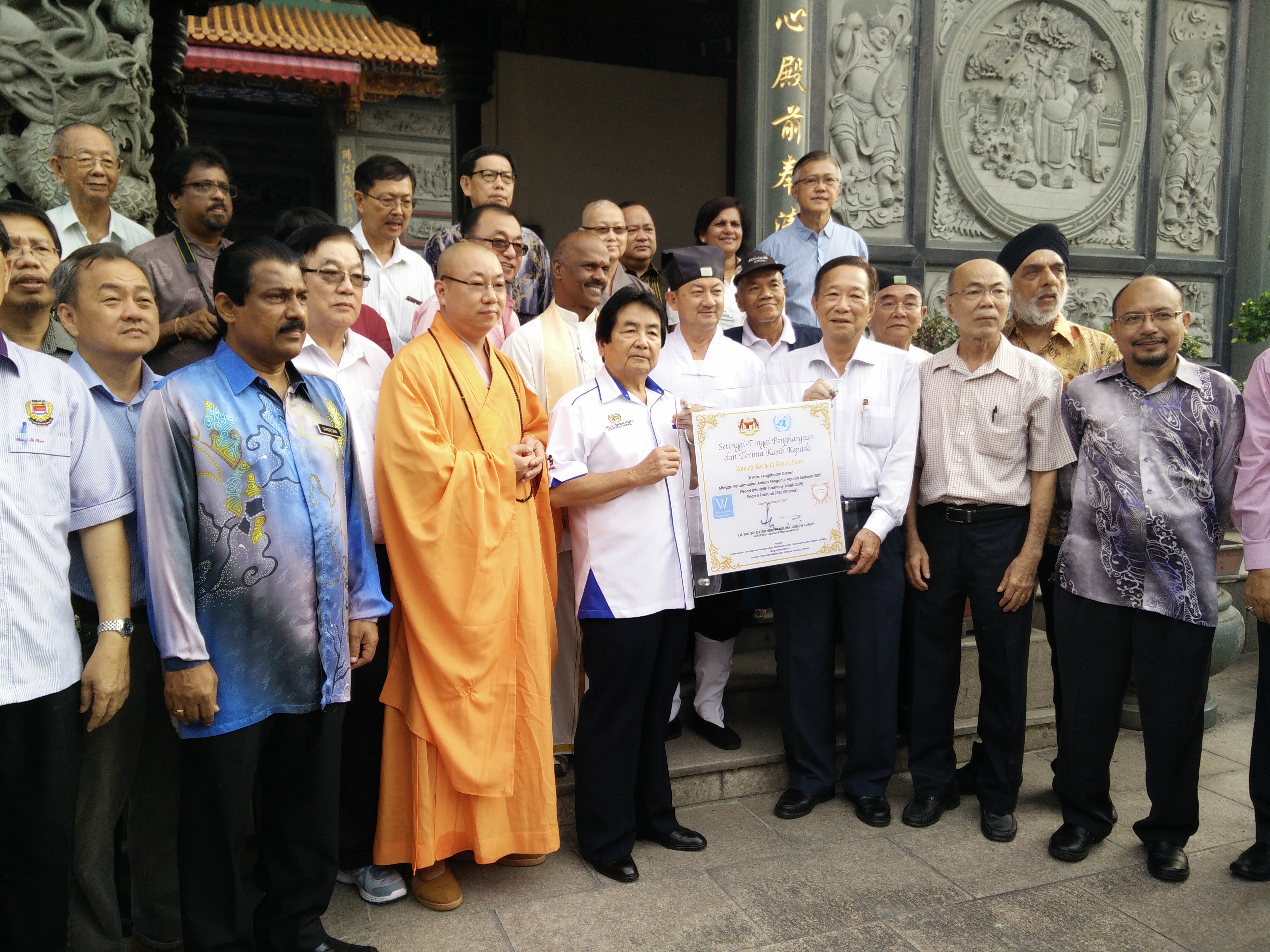 Honorable Minister Tan Sri Joseph Kurup with JKMPKA delegation at Buddhist temple for WIHW 2015 activities in Klang.jpg