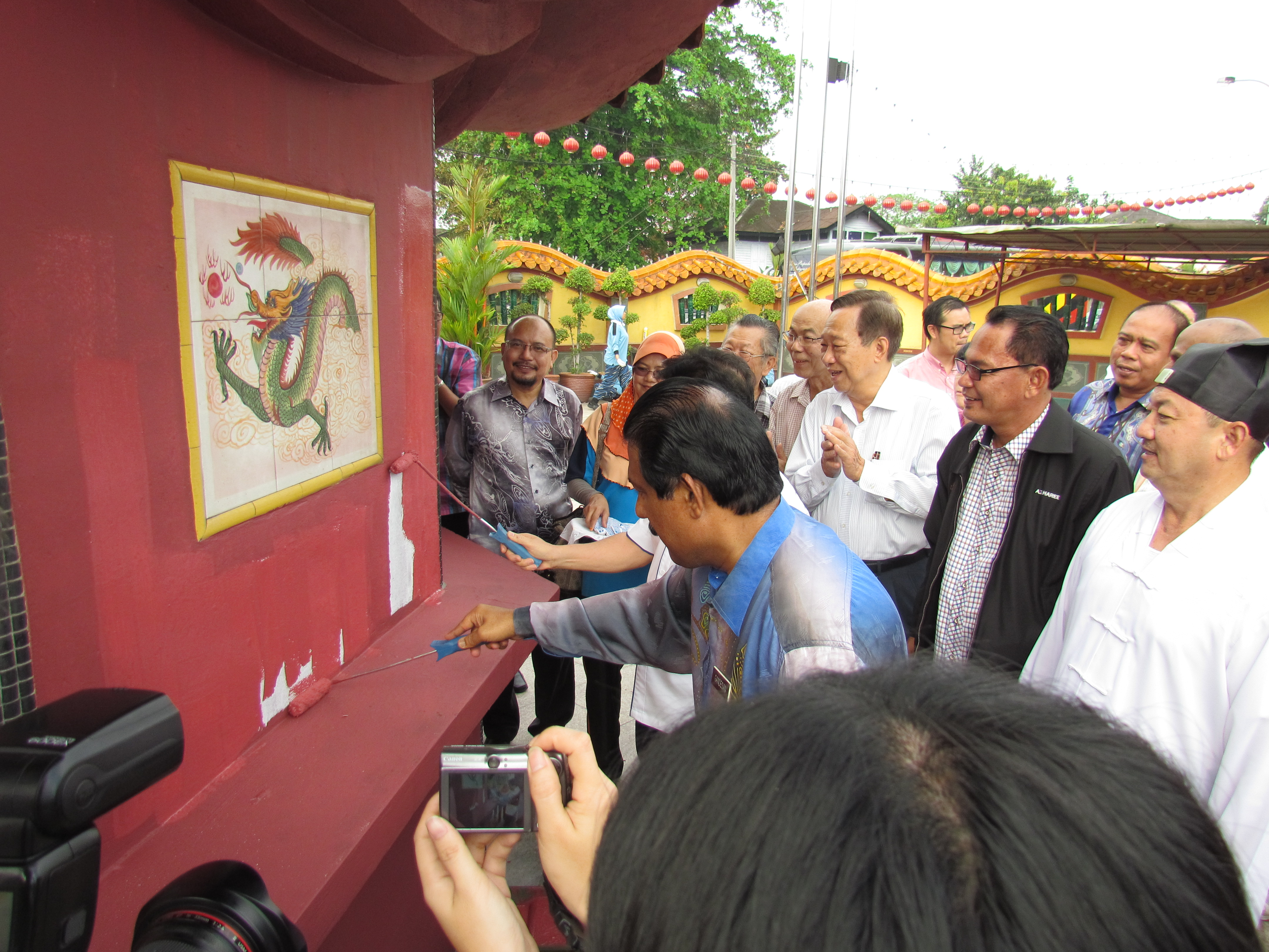 Members of JKMPKA watching Honoable Minister Tan Sri Joseph Kurup painting the temple wall of Hong San Si  in Klang.JPG