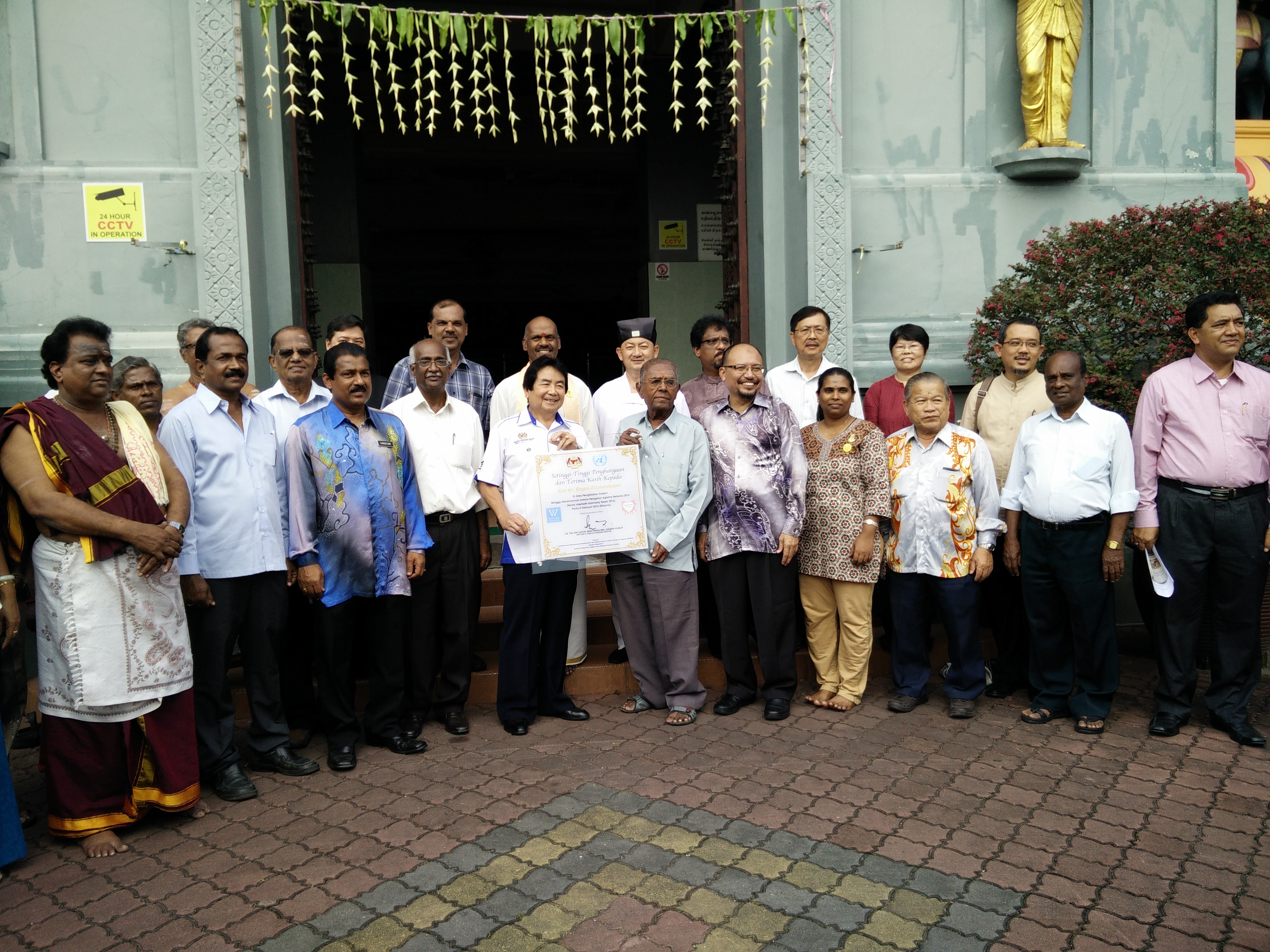 JKMPKA members and Minister Tan Sri Joseph Kurup with Hindu Temple leaders at WIHW 2015 program in Klang.jpg