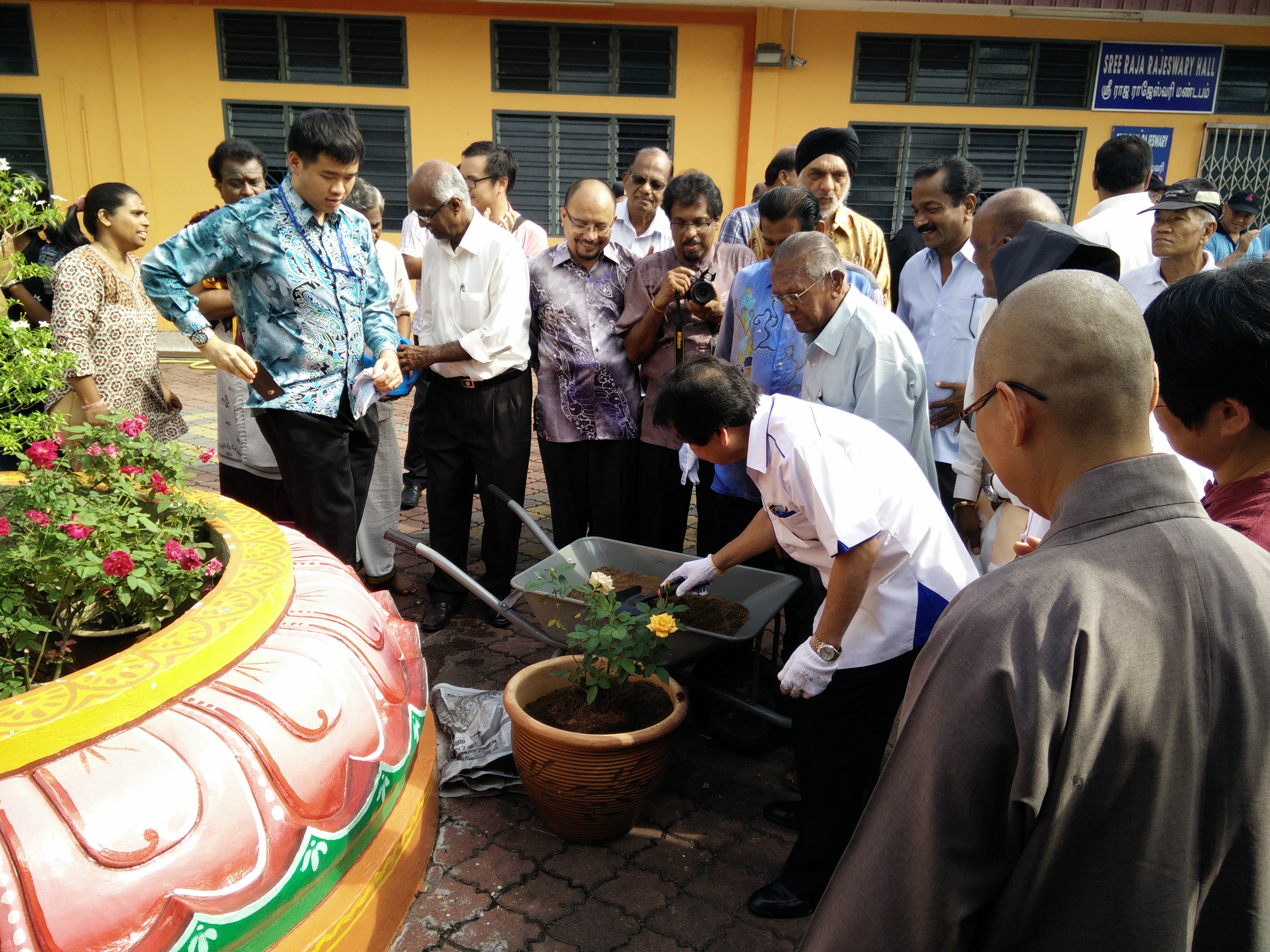 JKMPKA with Minister Tan Sri Joseph Kurup planting Rose Flower Plant at Hindu Temple for WIHW 2105 in Klang.jpg